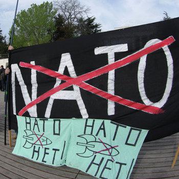 Жители Севастополя встретили американский фрегат акцией протеста