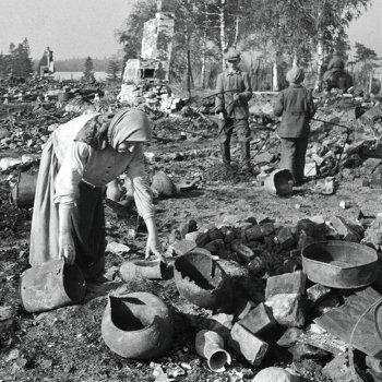 Старая крестьянка собирает остатки своего хозяйства