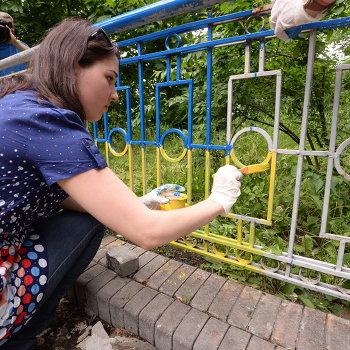 Активисты Демократического Альянса раскрасили в желто-голубые цвета ограду Моста влюбленных в Киеве