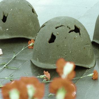 Пробитые осколками каски советских солдат