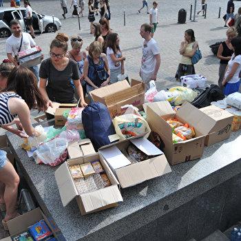 Волонтеры во Львове собирают продукты и вещи для военных