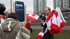 """Продажа флагов на улицах Ванкувера перед хоккейным матчем """"Россия-Канада"""""""