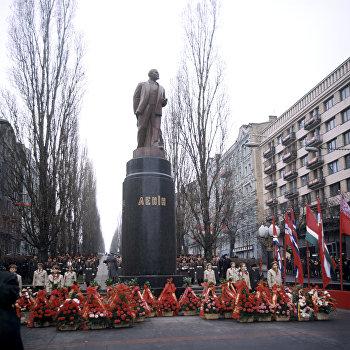Церемония возле памятника В.И. Ленину в день его рождения