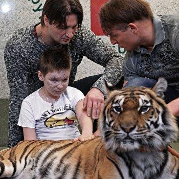 Братья Запашные посетили в больнице Ваню Воронова из Донецка