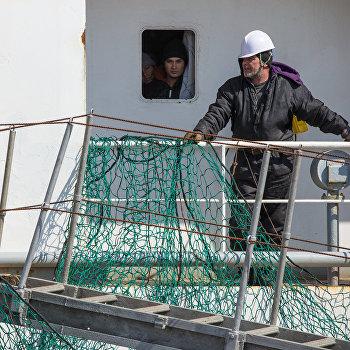 В порт Корсаков доставлены пострадавшие с траулера Дальний Восток