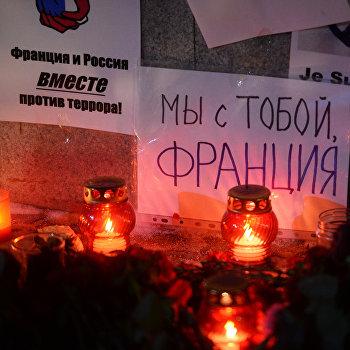 Цветы у Генерального консульства Франции в Екатеринбурге