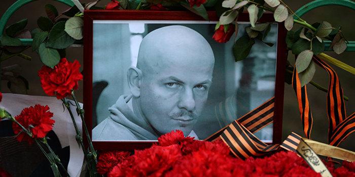 Цветы и свечи у посольства Украины в Москве в память об убитом в Киеве журналисте О.Бузине.
