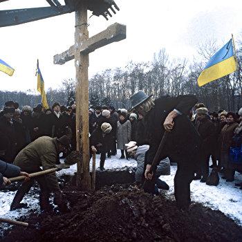 Установка креста в память о расстрелянных в Бабьем Яру украинских националистах