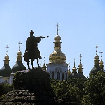 Вид на памятник Богдану Хмельницкому и Софийский собор