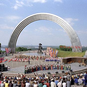 Выступление народных коллективов у Арки дружбы народов, скульптурной композиции в честь объединения Украины с Россией