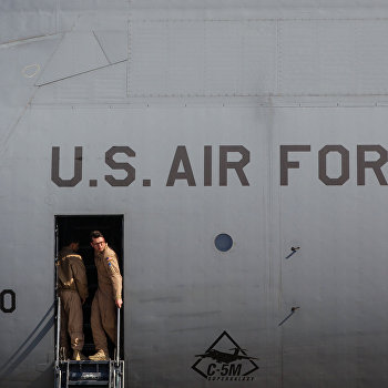 Президент Украины П.Порошенко встретил первый самолет ВВС США с американскими бронеавтомобилями