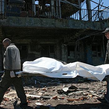 Извлечение тел погибших из-под завалов в аэропорту Донецка