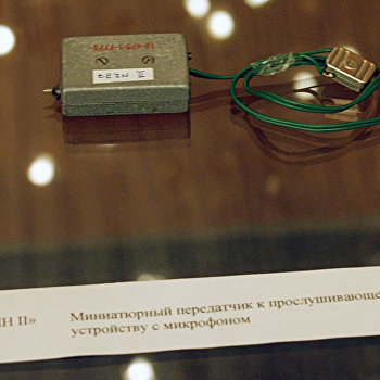 Экспонат выставки подслушивающих устройсв в Чешском центре в Москве