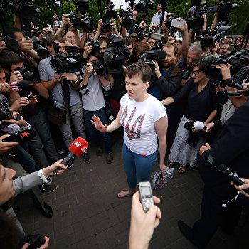 Украинская военнослужащая Надежда Савченко в аэропорту Киева