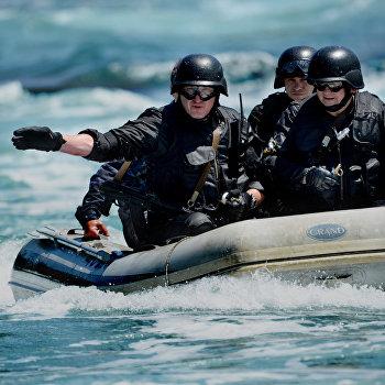 Учения Дальневосточного таможенного управления по освобождению бойцами СОБР захваченного контрабандистами судна