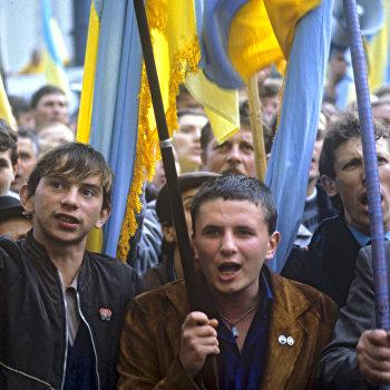 Участники митинга у здания Верховного Совета