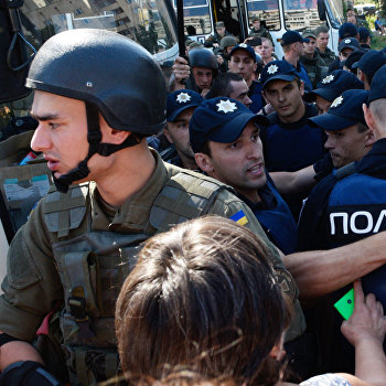 Акция возле Оболонского суда в Киеве