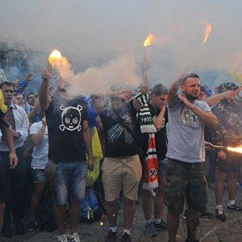 Марш единства болельщиков перед матчем Динамо - Шахтер во Львове