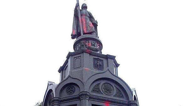 Вандалы облили красной краской монумент Владимиру вКиеве