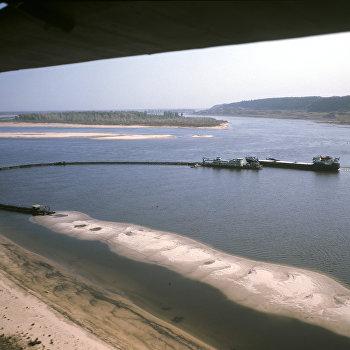 Дноуглубительные работы на реке Волга. Земснаряд