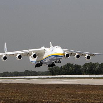 Новая взлетно-посадочная полоса международного аэропорта Донецк, реконструируемого к чемпионату Европы по футболу ЕВРО-2012