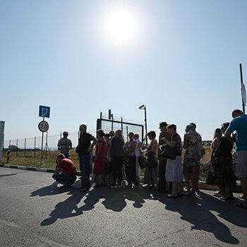 Жители юго-востока Украины на КПП Донецк в Ростовской области