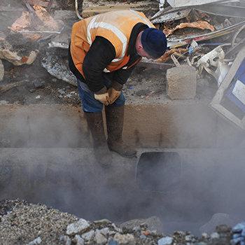 Из-за прорыва трубы в Екатеринбурге под землю ушел ларек
