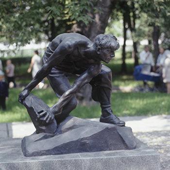 Скульптура Булыжник - оружие пролетариата в Москве
