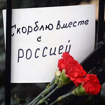Люди несут цветы к Генконсульству РФ в Эстонии в память о жертвах крушения ТУ-154 в Сочи
