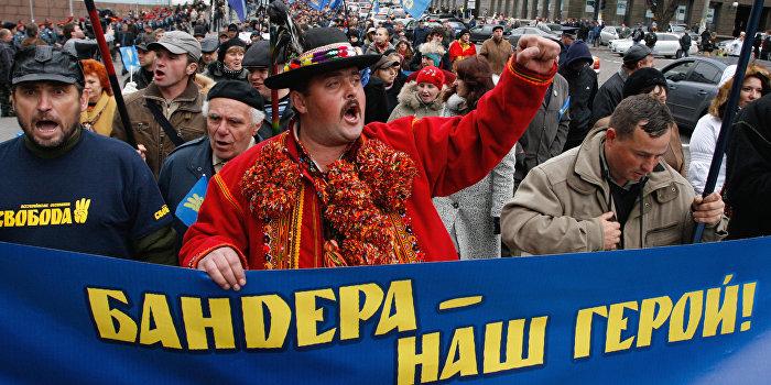 Националисты вывесили на ограде посольства Польши в Киеве портрет Бандеры