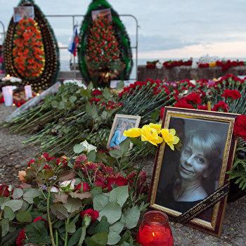 В Сочи жители города несут цветы и свечи к площади Южного мола морского порта