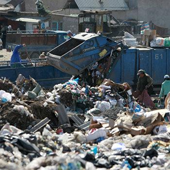 Акция уличного театра на городской свалке с целью привлечь внимание к проблеме мусорного полигона в Бишкеке