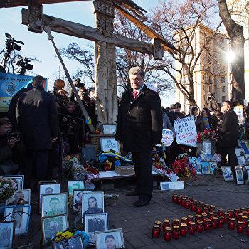 П.Порошенко на церемонии возложения цветов к кресту Небесной сотни