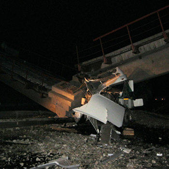 Неэксплуатируемый железнодорожный мост обрушился на автотрассу Екатеринбург-Пермь в Свердловской области