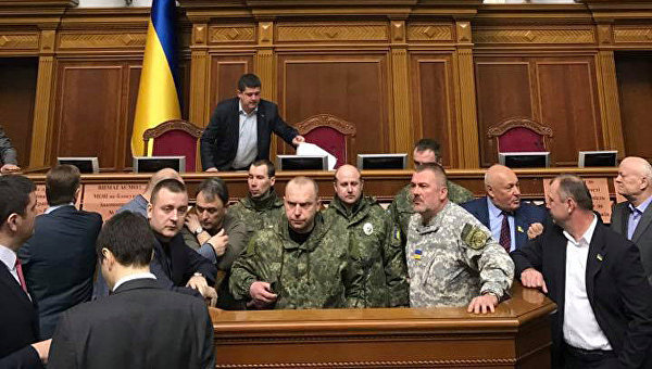 Совещание Рады Украины закрыто после появления взале парламента военнослужащих