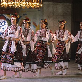 Болгарские студентки исполняют народный танец