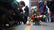 Цветы в память о погибших в метро Санкт–Петербурга