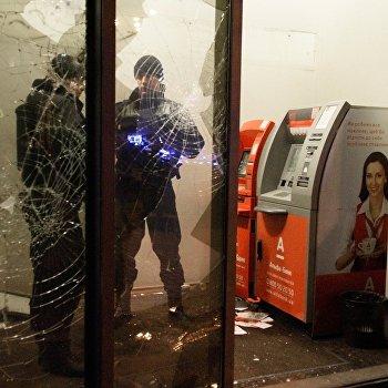 """Радикалы в Киеве разгромили """"Альфа-банк"""" и закидали камнями здание Сбербанка"""