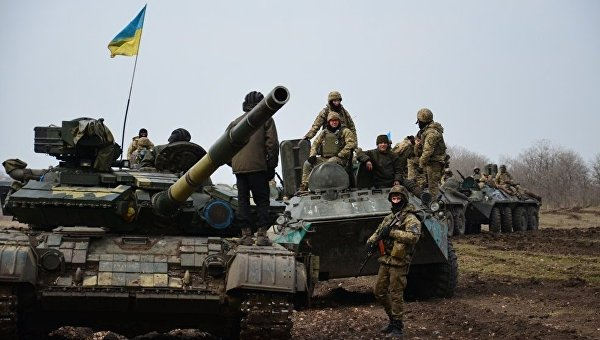 Под Луганском шесть человек натракторе подорвались намине