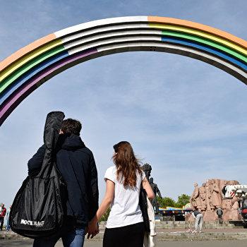 Арку Дружбы народов в Киеве покрасили в цвета радуги к Евровидению