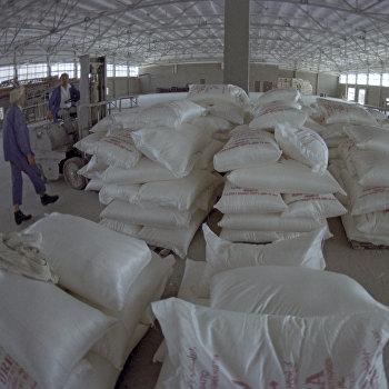 На складе готовой продукции завода азотно-туковых удобрений