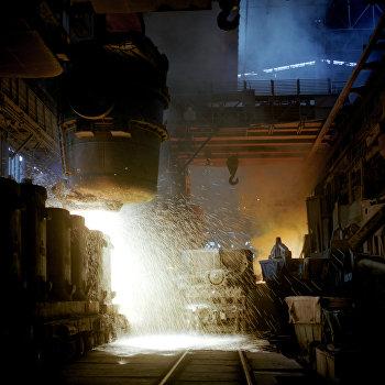 Разлив стали в мартеновском цехе завода Запорожсталь