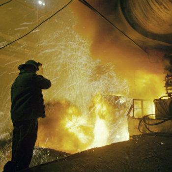 Металлург следит за процессом разлива стали