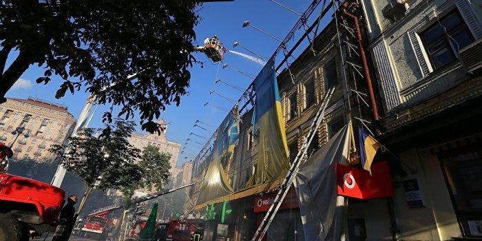 Последствия пожара в здании бывшего Центрального гастронома на Крещатике в Киеве