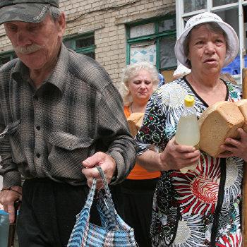 Раздача гуманитарной помощи в Донецке