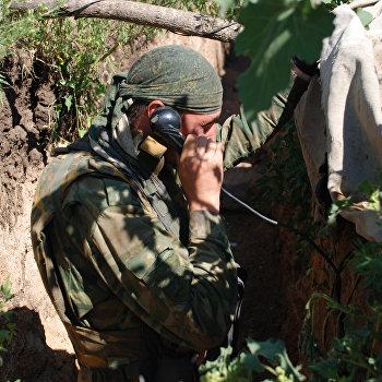 Бойцы 1-й Славянской бригады ополчения ДНР на позиции у линии соприкосновения с В
