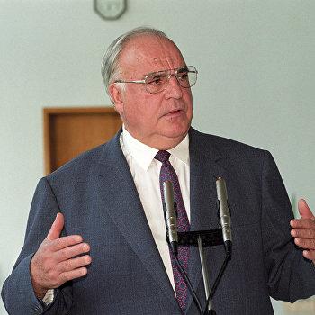 Гельмут Коль во время пресс-конференции в Москве