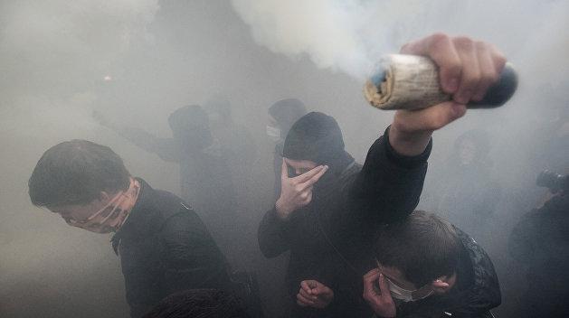 Львовские фанаты устроили драку в Мариуполе из-за флага России