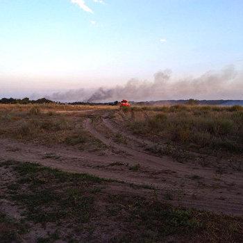 пожарный автомобиль в поле