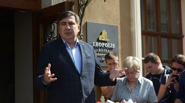 Таможенники вместе сполицией пришли вотель, где живет Саакашвили